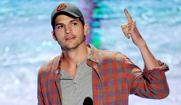 ashton kutcher wins teen choice awards 2013